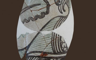 Fig. b. Boccale in maiolica arcaica pisana dal palazzo della Brina, seconda metà XIII secolo.