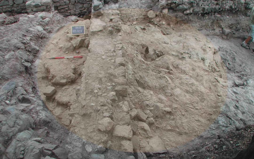 fig.2. I resti della torre più antica, costruita verso il Mille e demolita in buona parte tra XII e XIII secolo.