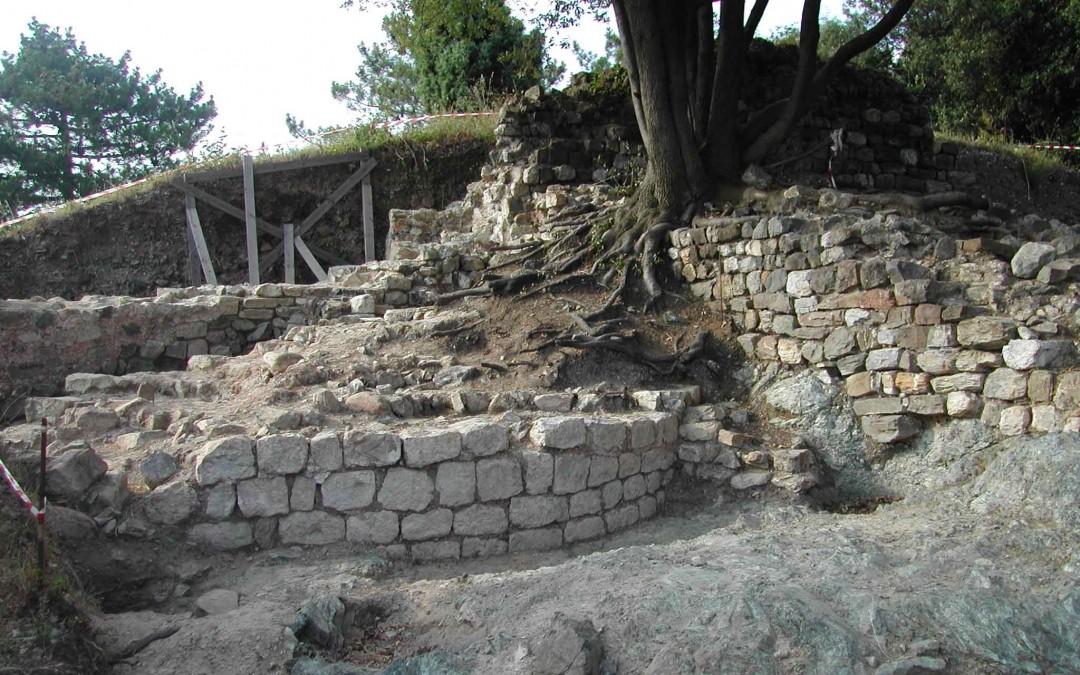 fig.3. Il basamento della grande torre a sezione circolare di edificazione bassomedievale