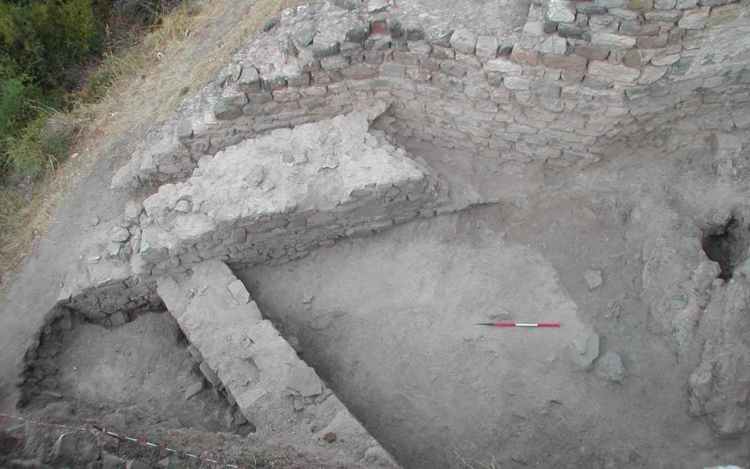 fig.2a. Le strutture murarie costruite intorno al Mille (il perimetrale del grande edificio in calcare e la cinta muraria in peridotite) che si congiungono verso occidente.