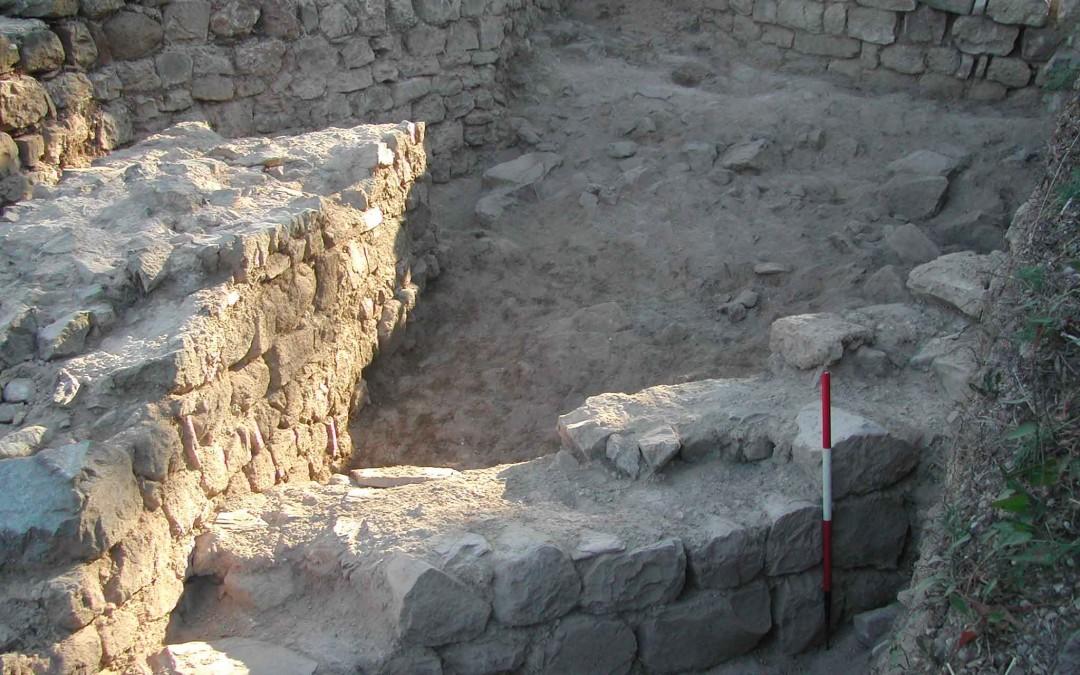 fig.2b. Le strutture murarie costruite intorno al Mille (il perimetrale del grande edificio in calcare e la cinta muraria in peridotite) che si congiungono verso occidente.