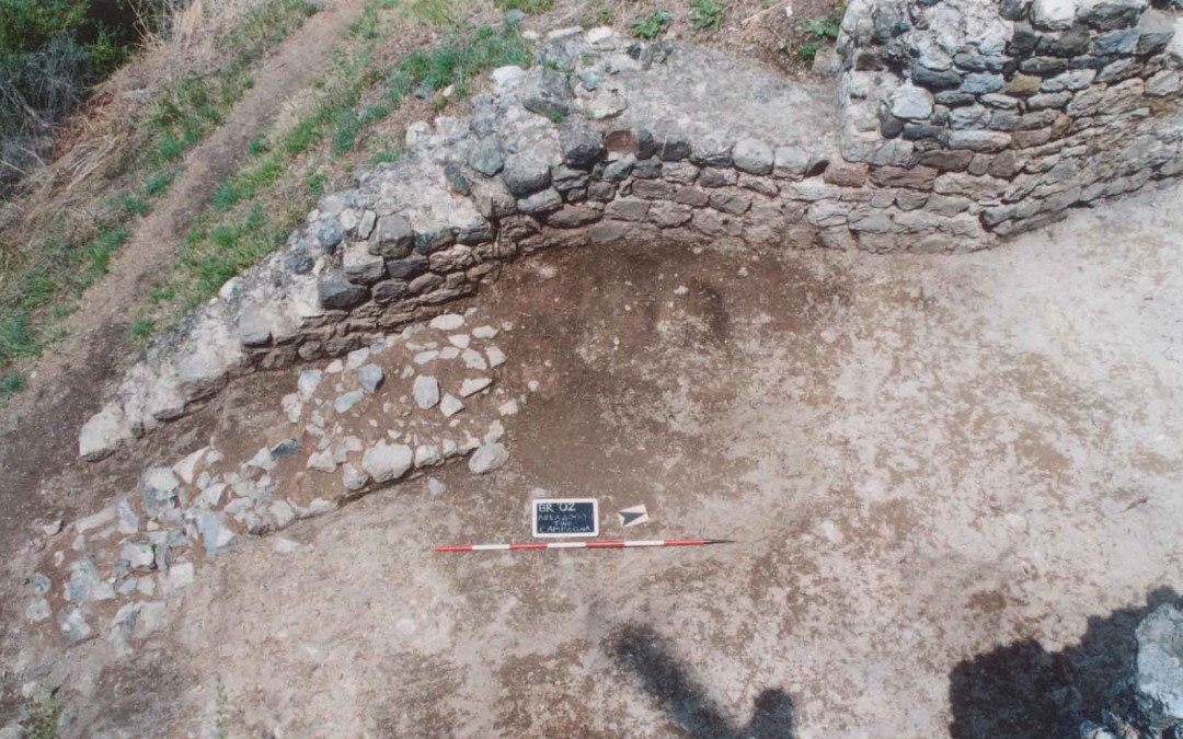 fig.4. La cinta muraria ristrutturata nel XIII secolo dopo la demolizione parziale e l'obliterazione con riporti di terreno delle strutture precedenti.