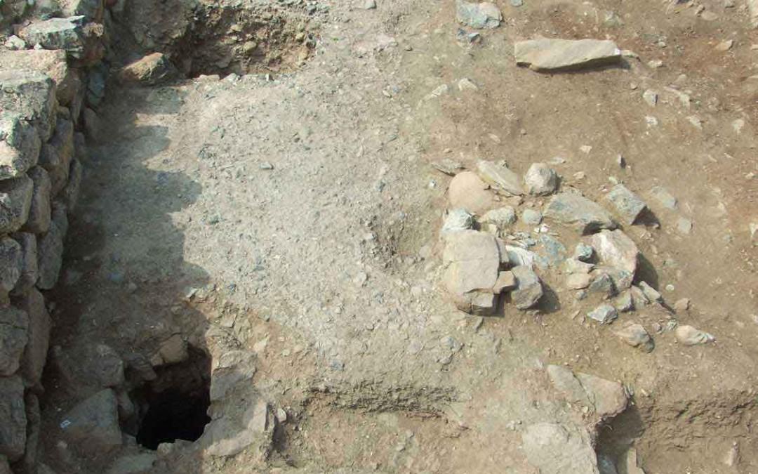 fig.2. La prima fase di uso della guardiola in materiale deperibile vicino alla porta meridionale del castello in pietra
