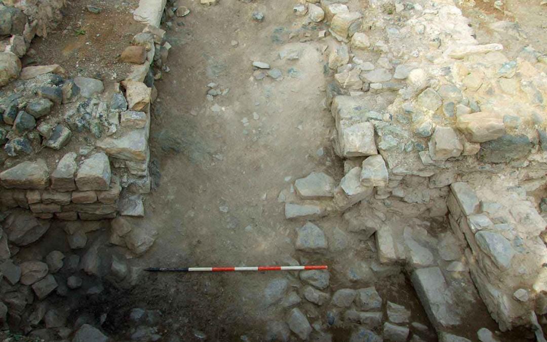 fig.5. La porta principale della cinta verso meridione con i muri di antiporta a protezione e difesa dell'ingresso al castello.