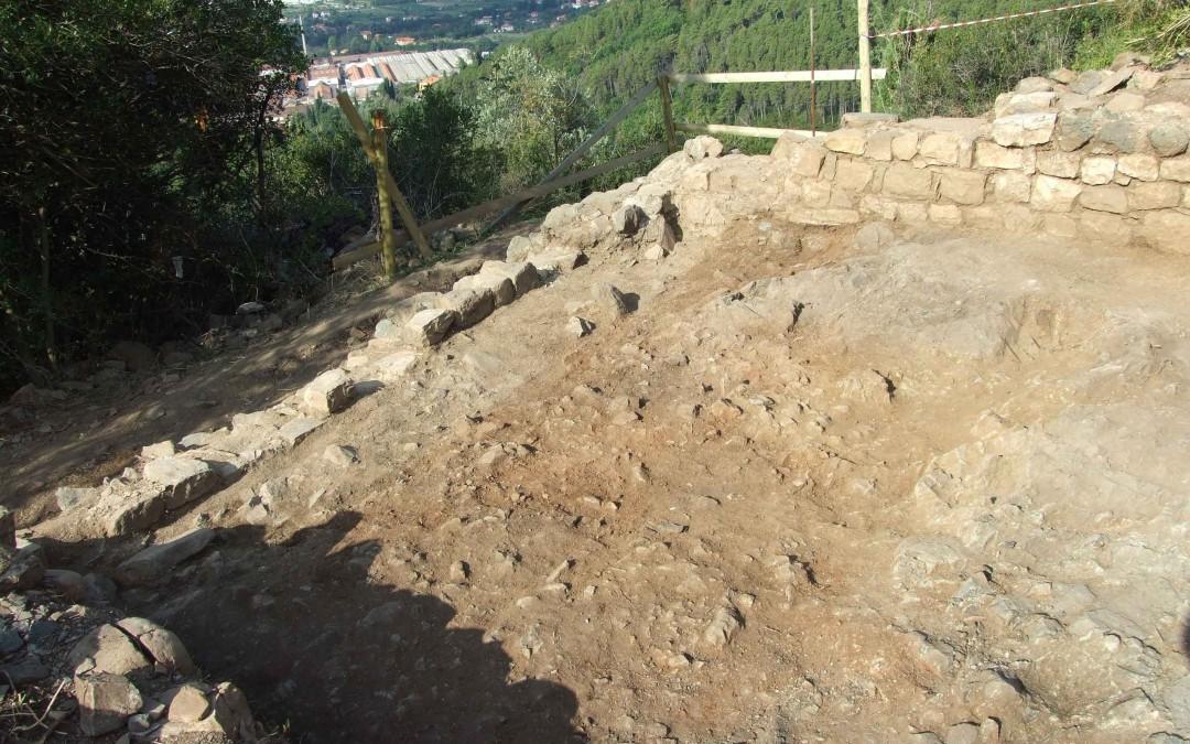 fig.2. A sinistra: i resti della prima cinta muraria in calcare che cingevano il limite sud-ovest del pianoro della Brina.