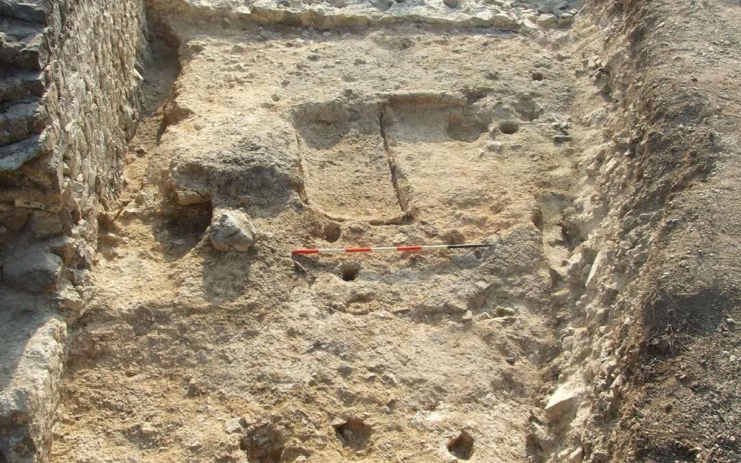 fig.4. La zona di cantiere per la costruzione della cinta muraria, con le tracce delle vasche quadrangolari.