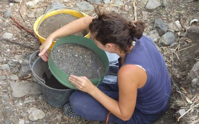 Fig.13. Setacciatura a secco dei sedimenti dell'Area 5500, ricchi di granaglie combuste.
