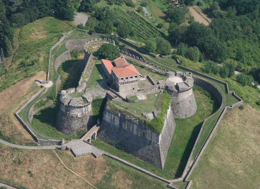 Fig.17. Fotografia aerea della possente Fortezza di Sarzanello.