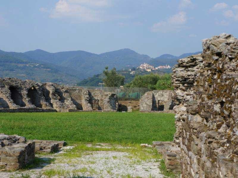 Fig. 18. L'anfiteatro romano dell'antica città di Luni.