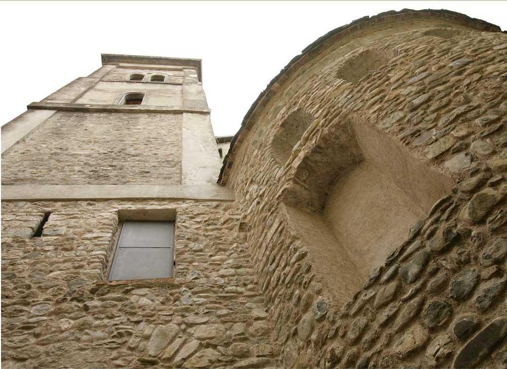 fig.1. L'abside e il campanile dell'abbazia di San Caprasio ad Aulla.