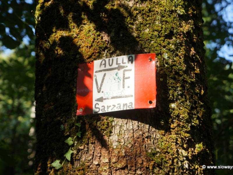 fig.2. Segnale del Club Alpino Italiano per il tracciamento del sentiero tra Aulla e Sarzana.