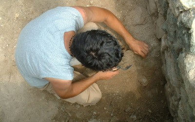 Fig.2. Uno dei membri del gruppo di ricerca sulla Brina impegnato nello scavo del palazzo sommitale  (Area 1000).