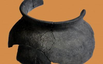 Fig. b. Olla in ceramica grezza per la cottura di zuppe e minestre dai contesti di fine X-XI secolo.