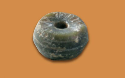 Fig.e. Fusaiola o vago di collana in steatite decorata, databile al X-XI secolo.