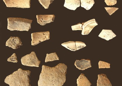 Alcuni dei reperti ceramici che consentono di attribuire la capanna ad un insediamento di altura dei Liguri Apuani