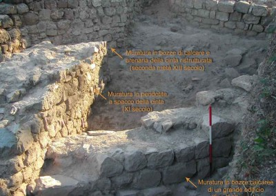 fig.3. In primo piano le murature edificate tra la fine del X e l'XI secolo e in alto la ristrutturazione della cinta nel XIII secolo (Area 4000).