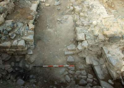 fig.6. La porta meridionale del castrum che nel tardo XIII secolo fu monumentalizzata e dotata di un'antiporta in muratura per maggiore protezione dell'accesso (Area 9000)