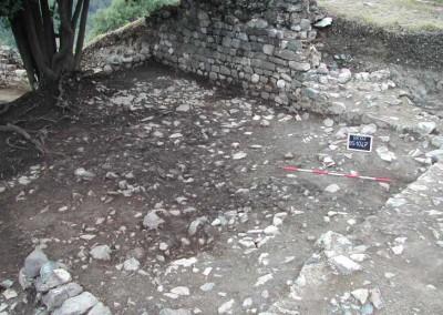 fig.1. Il crollo del tetto in pietre scistose nella parte settentrionale del palazzo signorile (Area 1000).