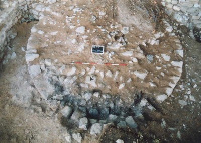 fig.3. La base della torre bassomedievale con le tracce della mina vegetale (tracce di fuoco e carboni dei pali in legno) impiegata per la sua demolizione nei primi decenni del Trecento (Area 3000).