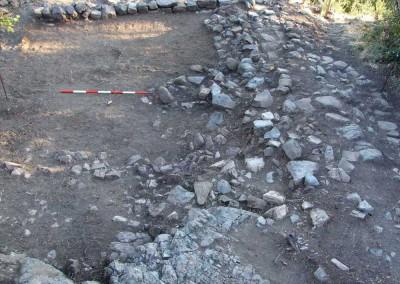 fig.4. Cumuli di pietre disposti a limitazione dell'area, probabilmente legati agli usi silvo-pastorali di età tardo-moderna e sub-contemporanea (Area 9500)