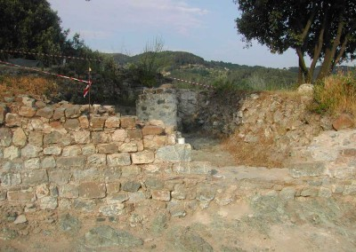 fig.8. L'ingresso alla sala bassa del palatium signorile alla fine dello scavo (Aree 2000 e 3000)